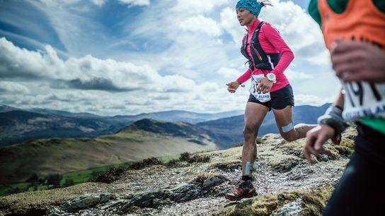 Imagen de la corredora Mira Rai compitiendo en una carrera en Reino Unido.