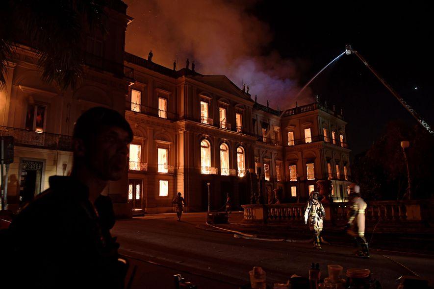 Un enorme incendio envuelve el Museo Nacional de Brasil en Río de Janeiro el 2 de ...