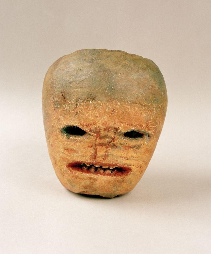 Jack O' Lantern tallada en un nabo para Halloween