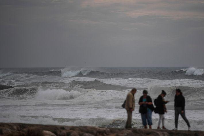 Las olas del huracán Leslie azotan la costa