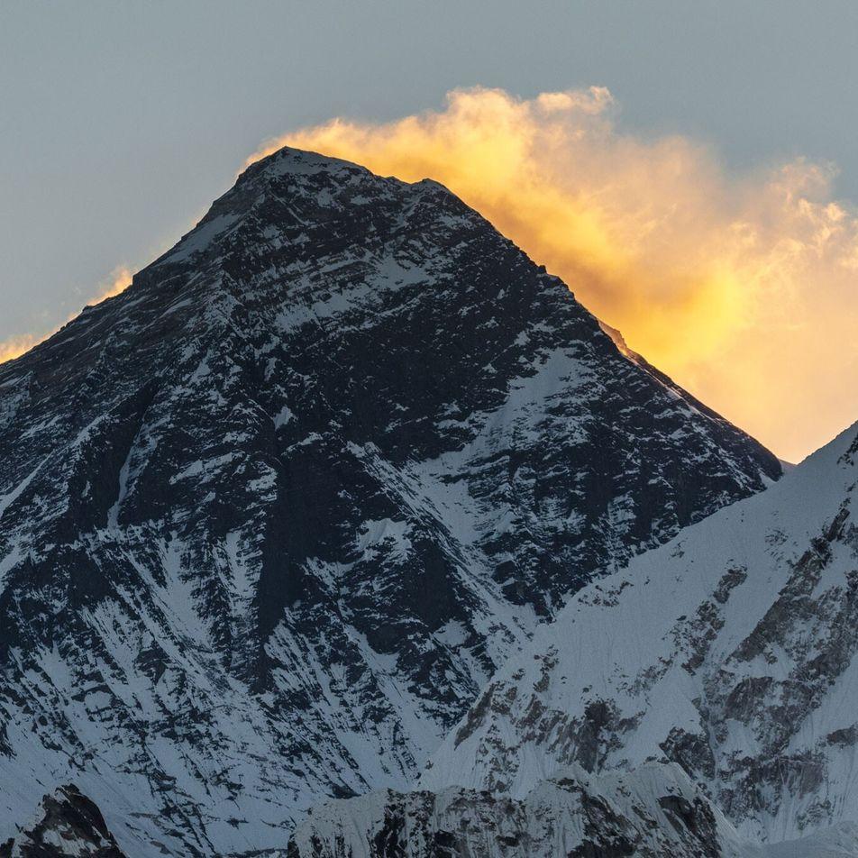 ¿Por qué cambia la altura del Everest?