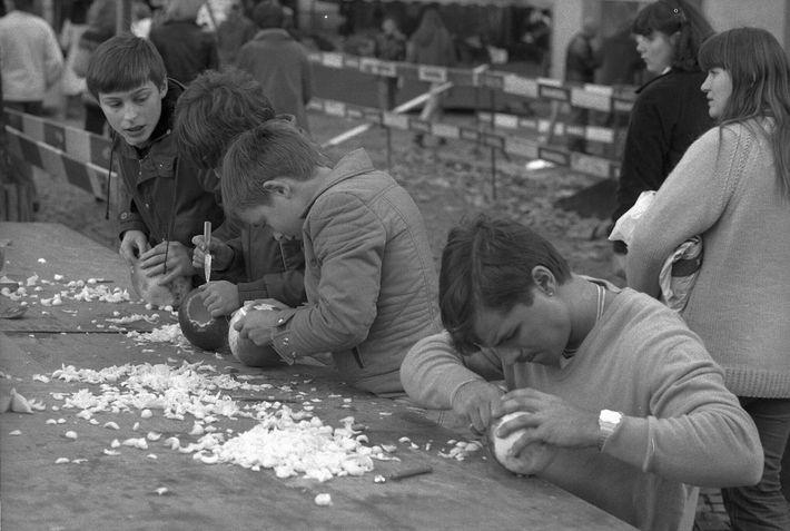 Gente tallando jack-o'-lanterns