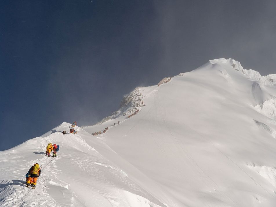 Descubren microplásticos cerca de la cima del Everest