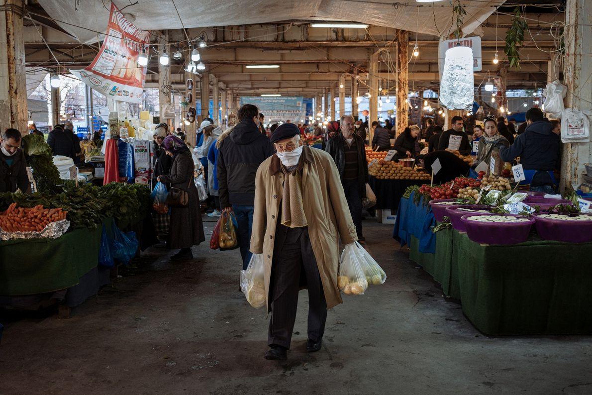 Un hombre compra en el mercado de Besiktas