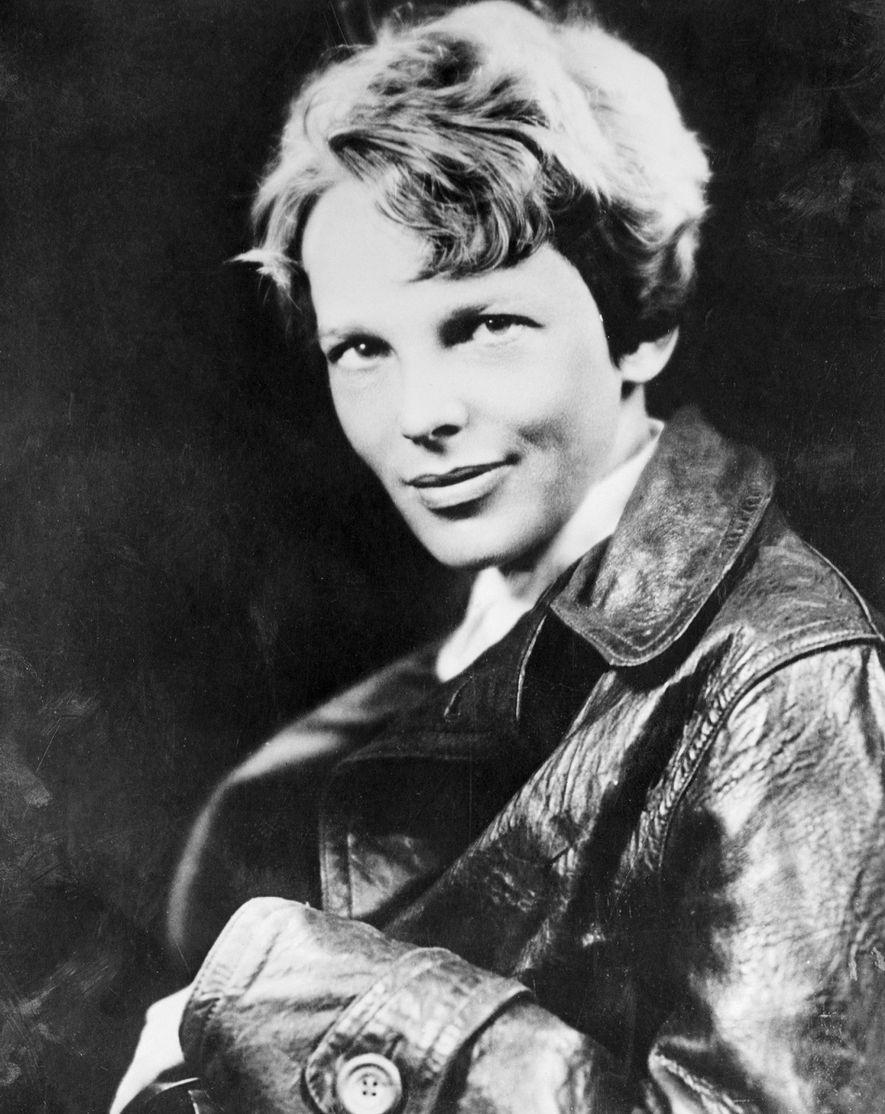 Retrato de Amelia Earhart, la primera mujer que voló en solitario a través del Atlántico.