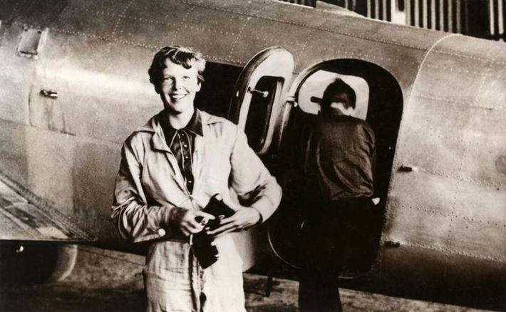Amelia Earhart junto a su Lockheed Electra