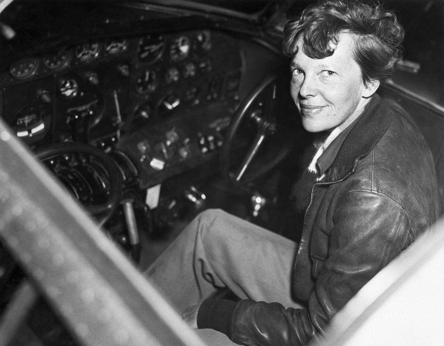 Earhart quería encumbrar su carrera en 1937 convirtiéndose en la primera mujer que volaría alrededor del ...