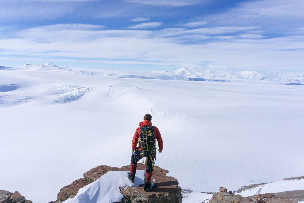 El científico Erik Gulbranson disfruta de las vistas de la Antártida encaramado en el promontorio McIntyre, …