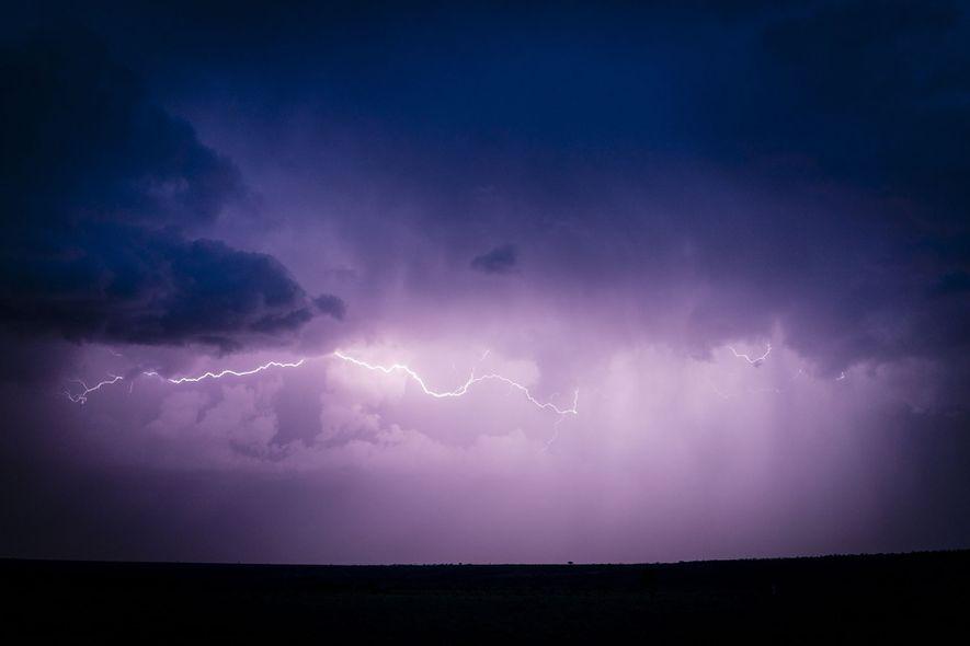 Una tormenta de rayos tras el atardecer. El tiempo ha moldeado la historia de la humanidad, ...
