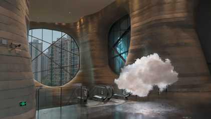 Este artista coloca nubes y arcoíris en lugares inesperados