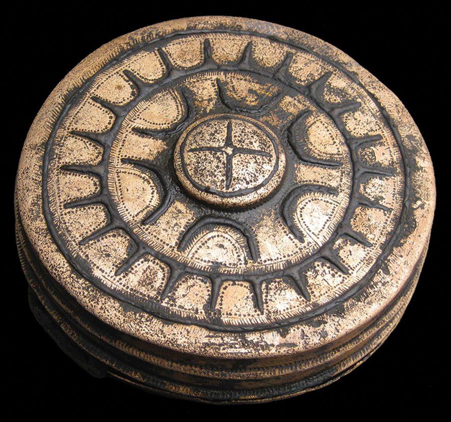 Un recipiente adornado con estrellas que se llevaba en el cinturón es uno de los 31 objetos de bronce hallados juntos en el campo de batalla del valle del Tollense.