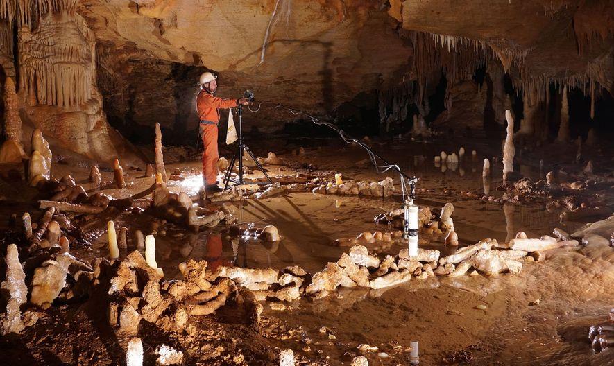 Un trabajador mide los anillos de piedra de la cueva de Bruniquel (Francia), que podrían haber ...