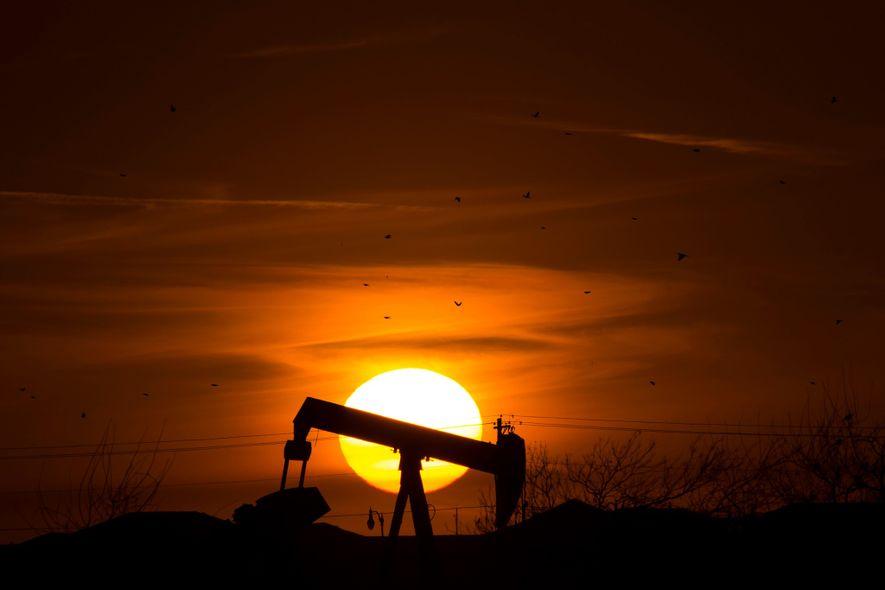 El sol se pone tras un pozo petrolífero en Edmond, Oklahoma. El estado es actualmente la ...