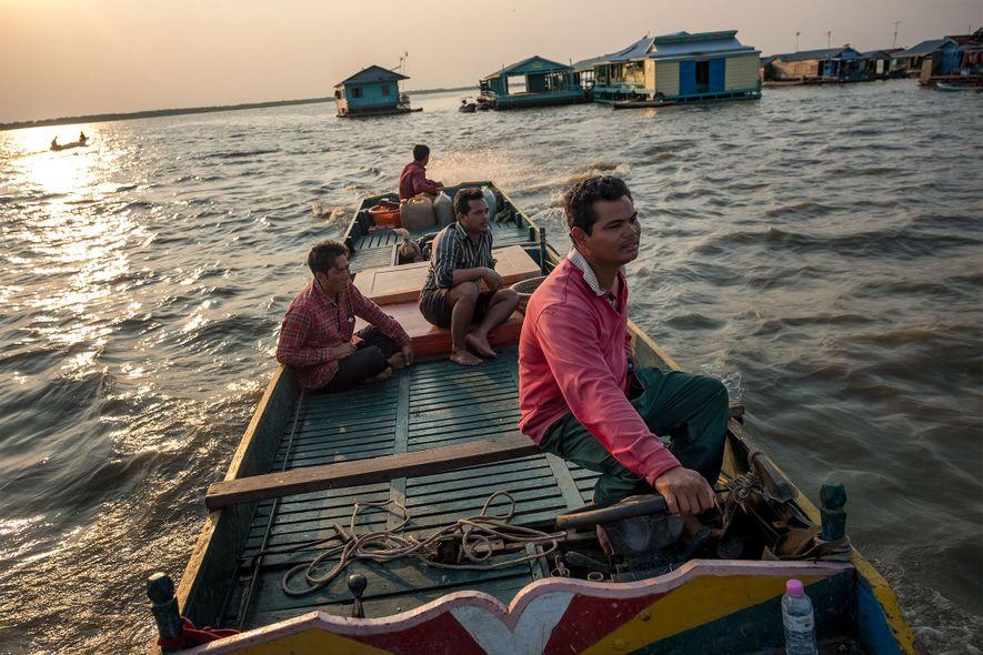 Phoen Sok Phoen vuelve a casa en su barco por la aldea flotante de kompong Loung en el lago Tonlé Sap, Camboya. El pescador capturó una carpa gigante del Mekong en su red en dos ocasiones diferentes el año pasado, pero llamó a las autoridades pesqueras para liberar al pez.