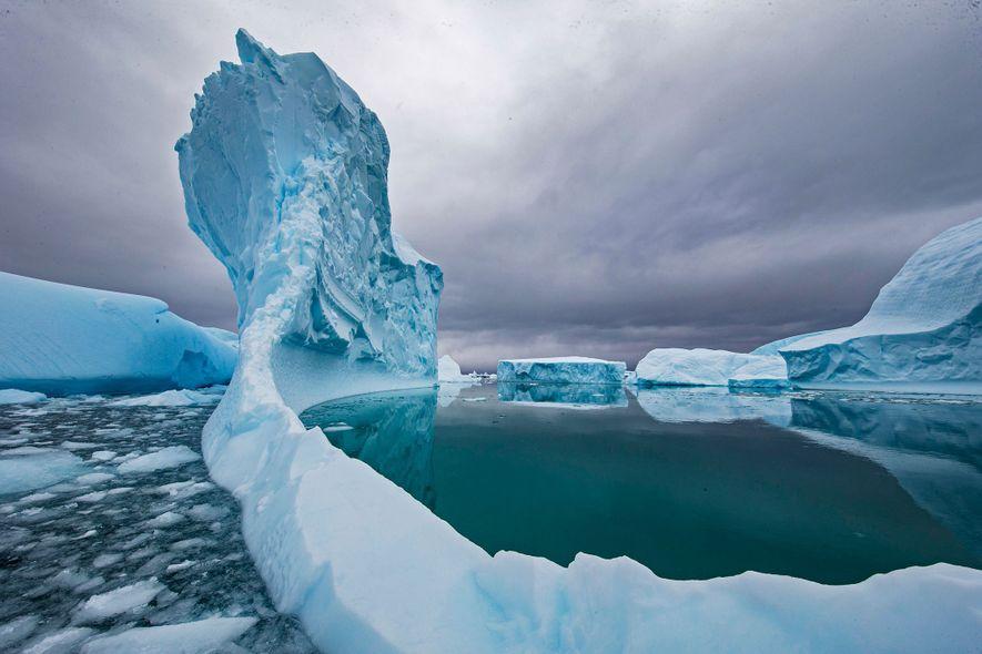 Un iceberg se derrite en las aguas de la Antártida. El cambio climático ha acelerado el ...