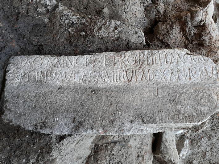 Una inscripción sobre mármol
