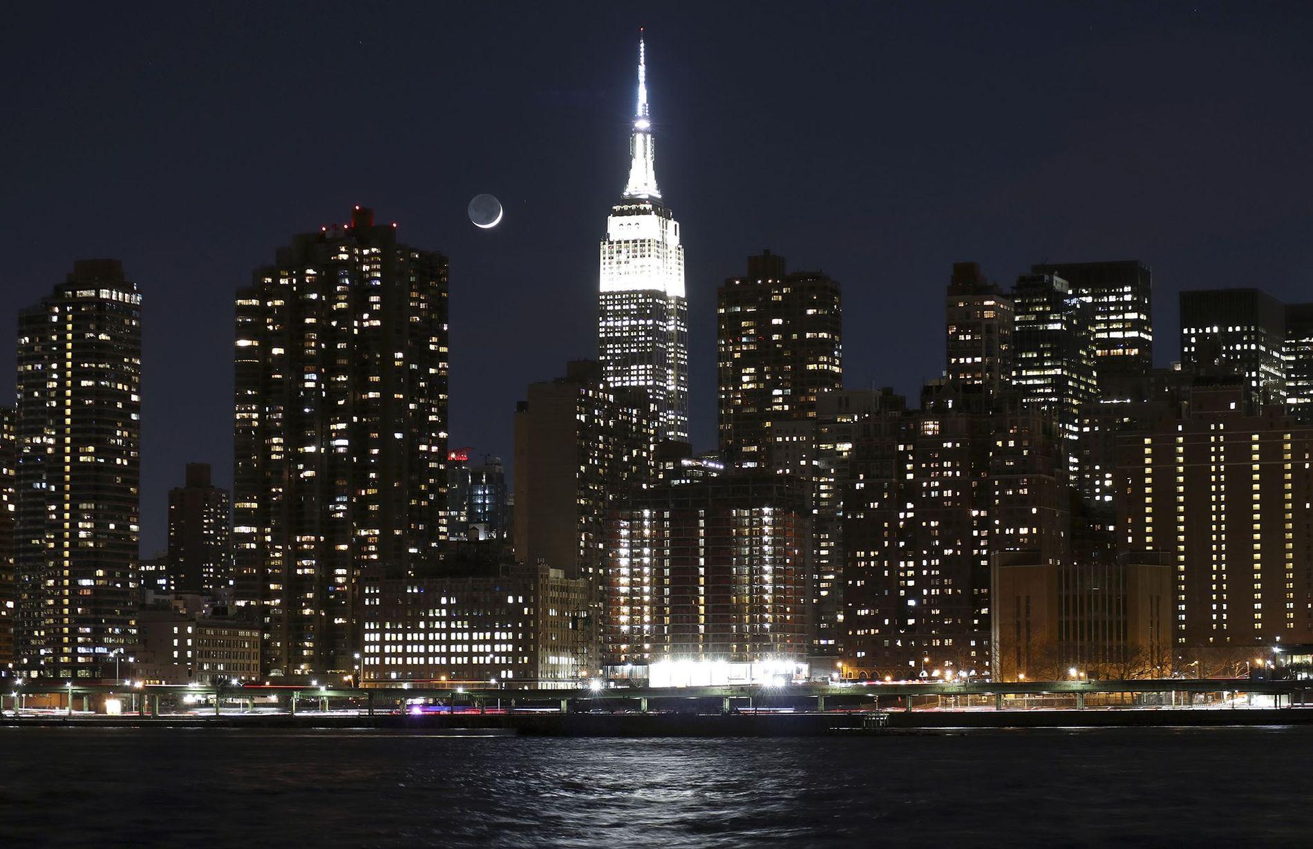El lavado de cara del Empire State incluyó sus emblemáticas luces, que ahora son LED con millones de combinaciones de colores posibles. Nueva York también aborda la eficiencia energética en monumentos menos prominentes, con una inversión de casi 500 millones de dólares para mejorar sus edificios. También es la primera ciudad estadounidense que se separa de los combustibles fósiles.