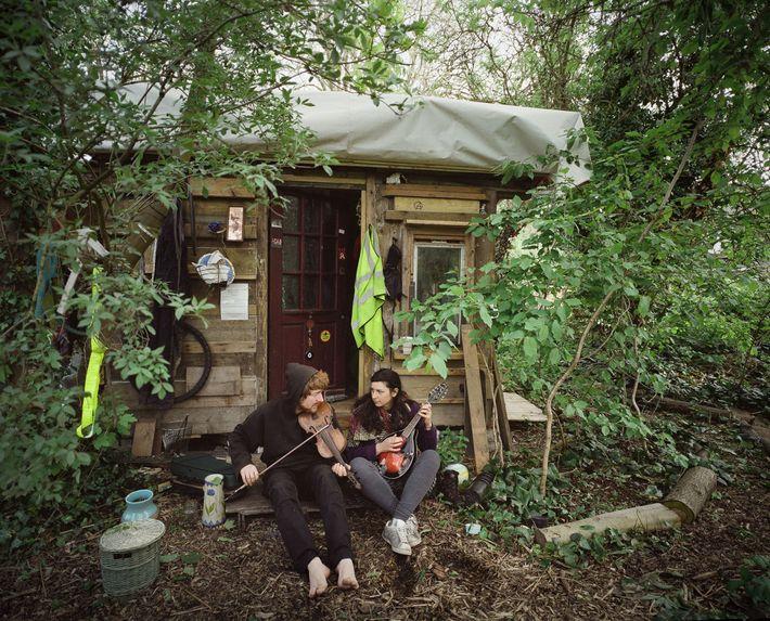 Una pareja frente a su casa