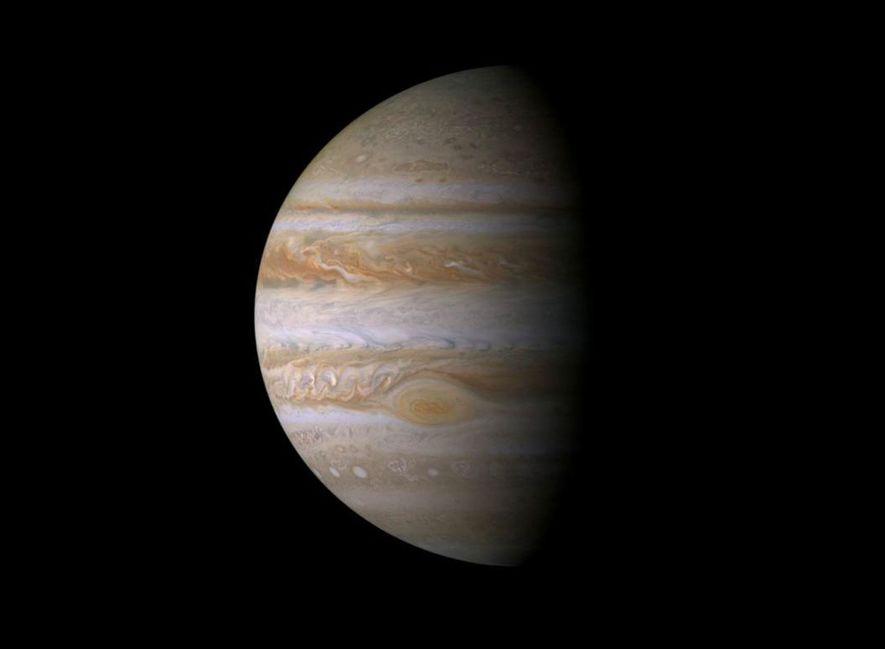 Franjas de nubes dinámicas resplandecen en este mosaico de imágenes de la nave Cassini, el retrato ...