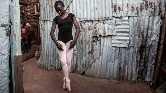 En este barrio pobre de Nairobi, unas jóvenes bailarinas sueñan a lo grande