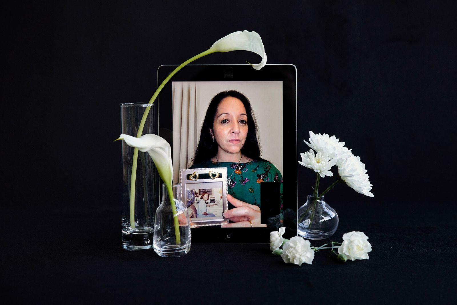Fiana Garza Tulip con una fotografía de su difunta madre