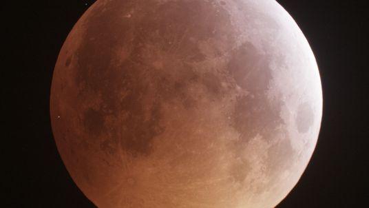 La luna libera cantidades de agua sorprendentes durante las lluvias de meteoros