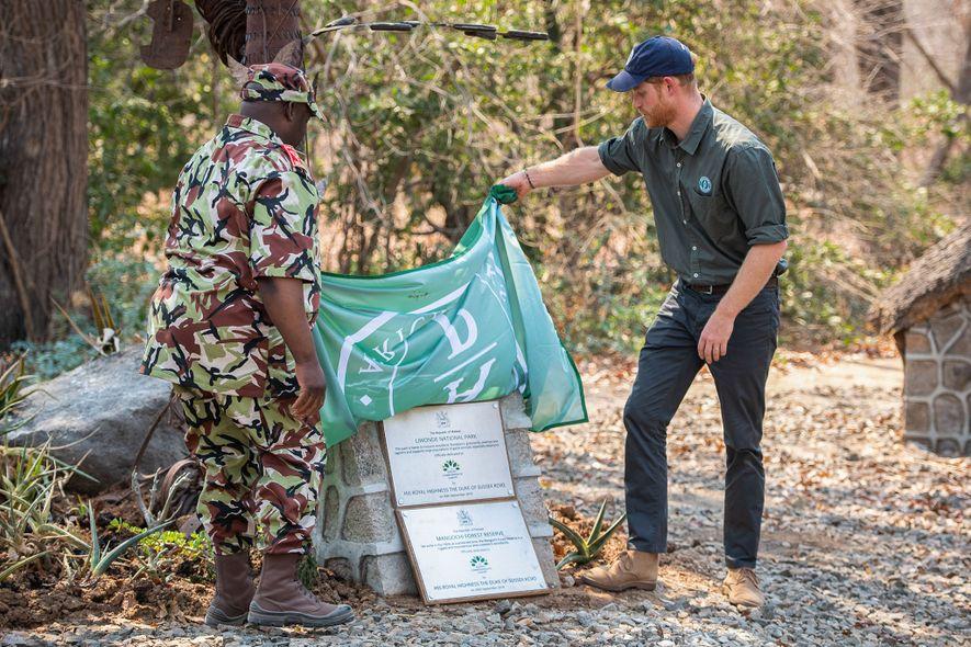 Durante su gira real, el príncipe Harry descubre las placas que incluyen el parque nacional de ...