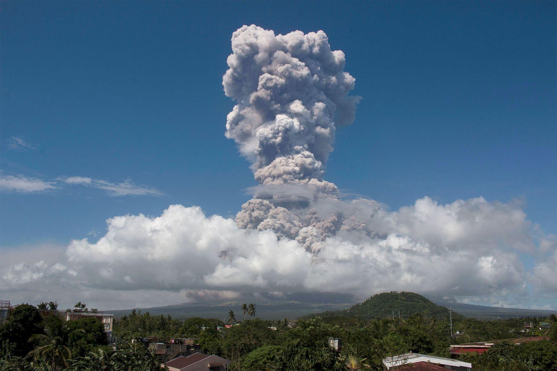 Una enorme columna de ceniza sale disparada hacia el cielo durante una explosión en el volcán Mayon, a unos 320 kilómetros al sureste de Manila, Filipinas.