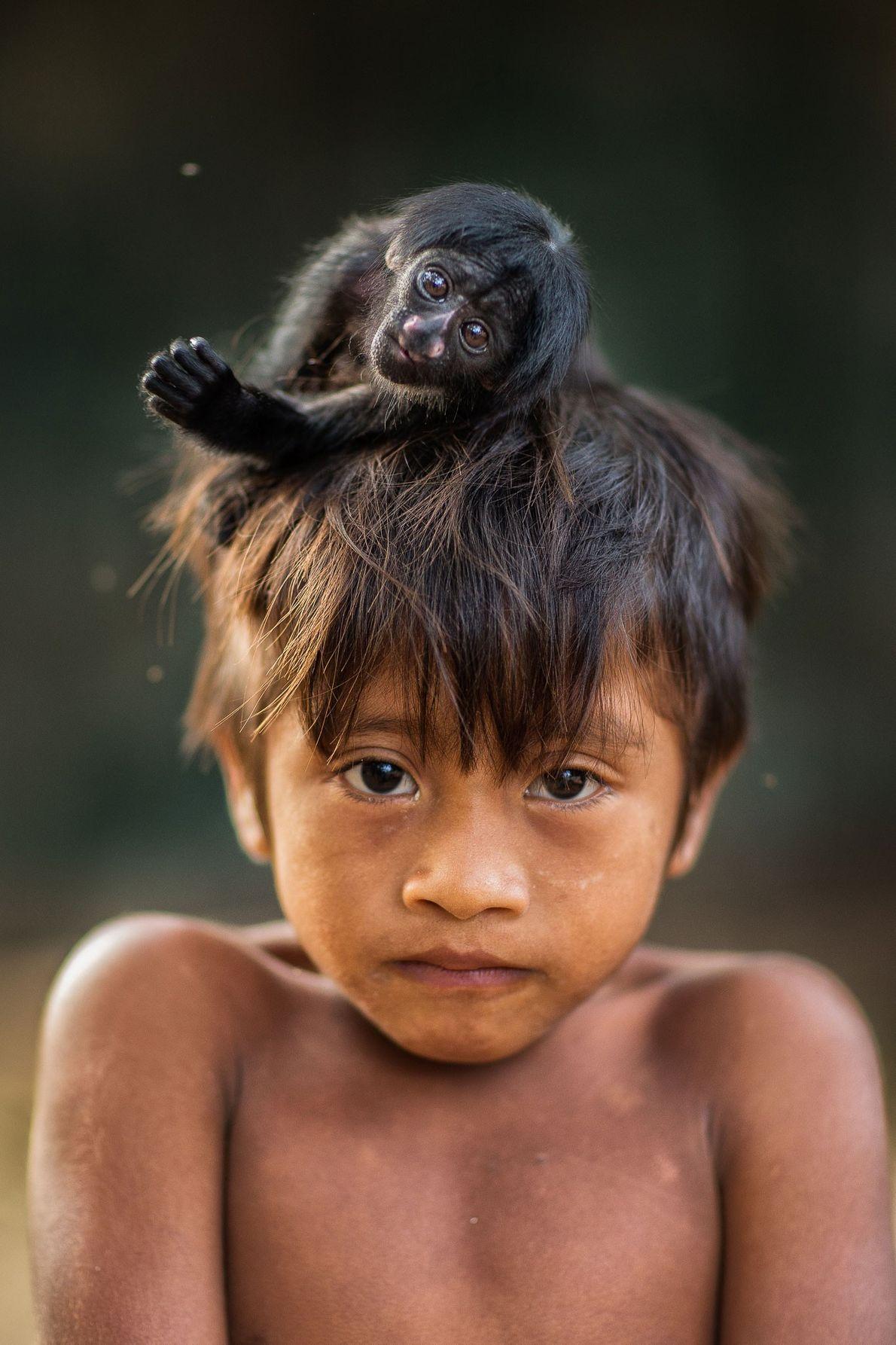 Kaiau con una cría de sakí barbudo negro