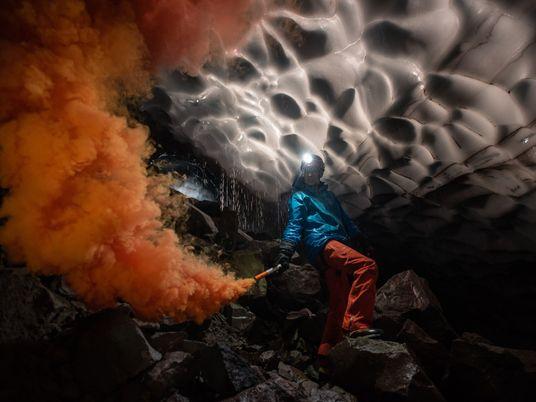 Adéntrate en las cuevas glaciares excavadas por el aliento ardiente del monte santa Helena