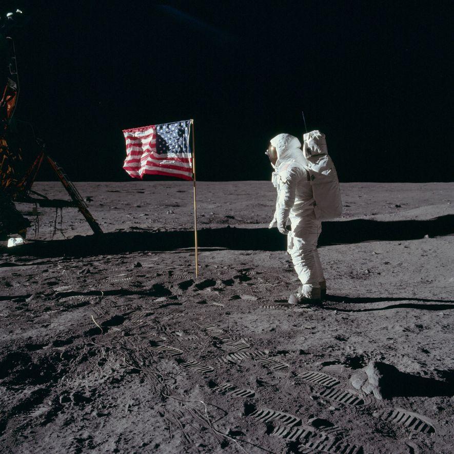 El astronauta del Apolo 11 Edwin «Buzz» Aldrin con la bandera estadounidense clavada sobre el Mare …