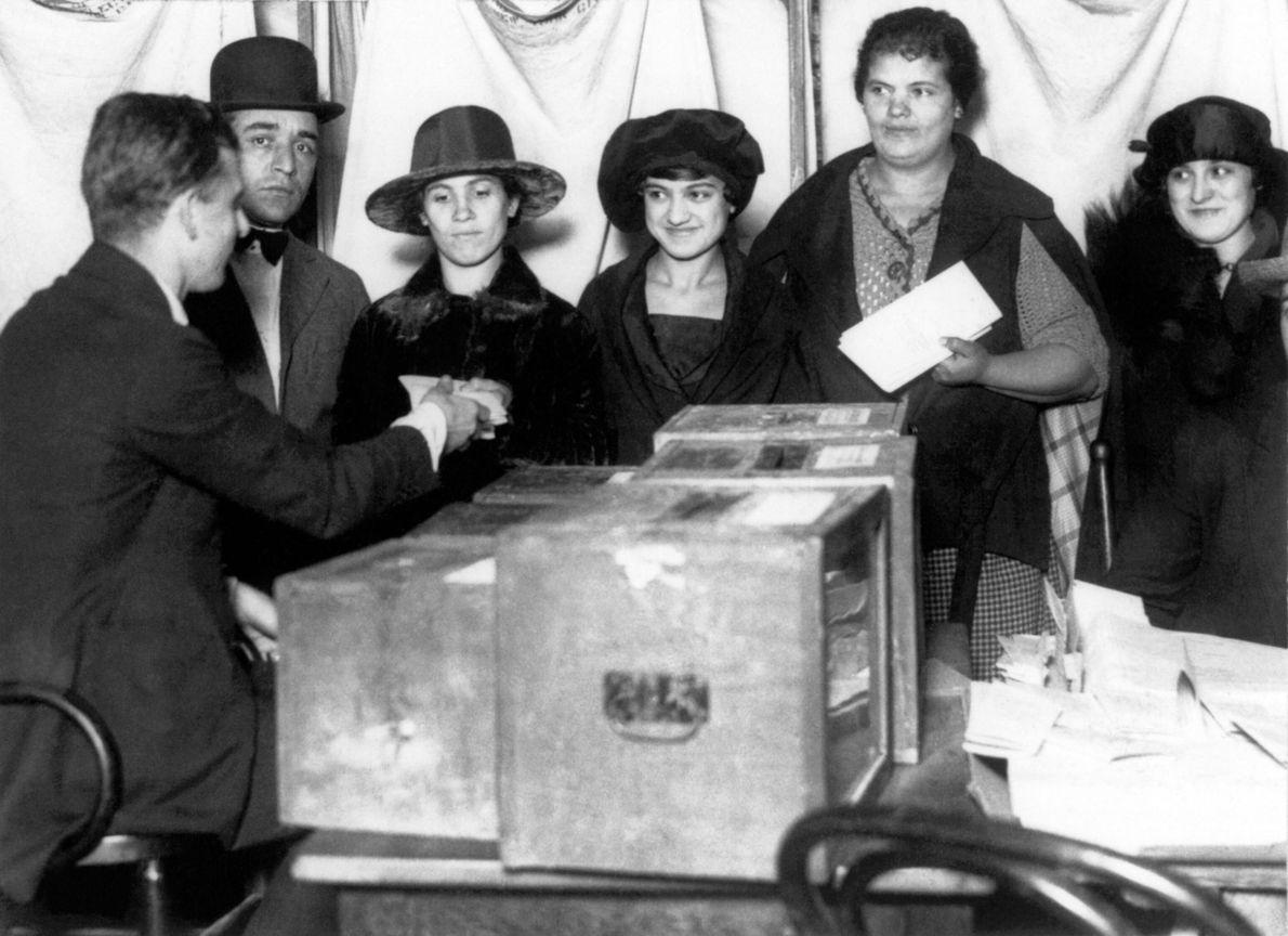 Las mujeres hacen fila para votar por primera vez en 1920