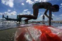 Niños en la bahía de Manila