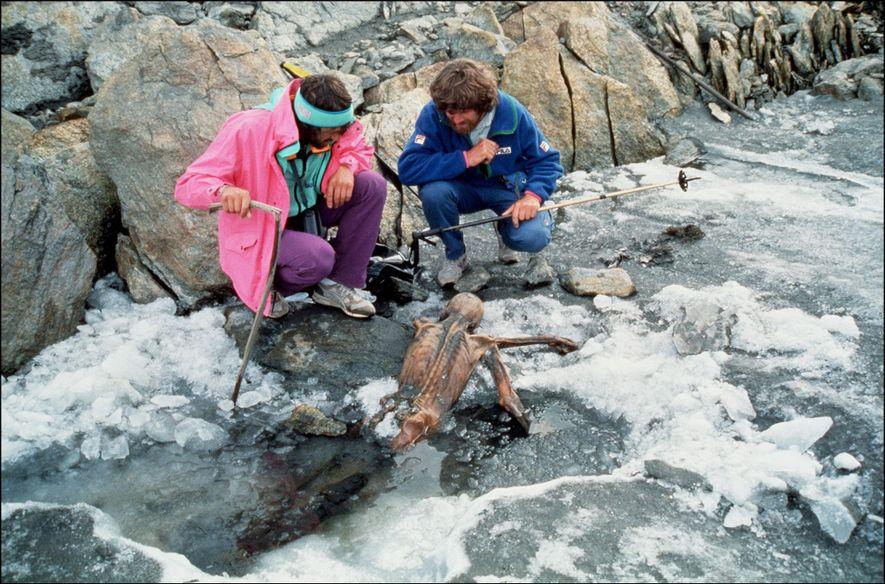 El alpinista Reinhold Messner (dcha.) y su colega examinan los restos momificados de Ötzi, el hombre ...