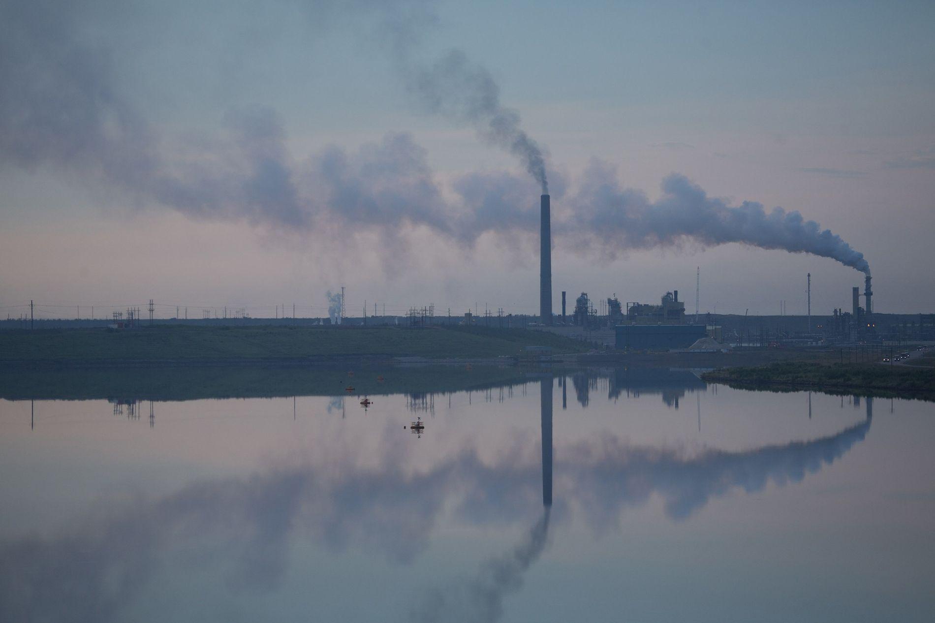 Las instalaciones de procesamiento de arenas bituminosas como esta de Canadá emiten más gases de efecto invernadero que la producción de petróleo crudo. Según un nuevo informe, si los gobiernos quieren evitar la catástrofe climática, deberán remplazar el petróleo por fuentes de energía renovables y sin carbono para mediados de siglo.