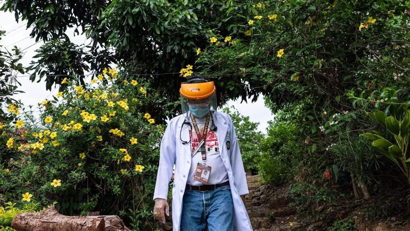 Anthony Cortez es el único médico comunitario que atiende a Bambang, una localidad de 56.000 habitantes ...
