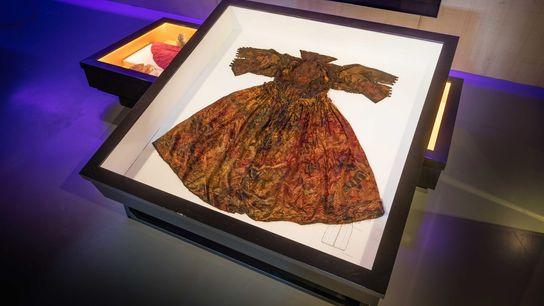 Este vestido fue encontrado por buceadores en la costa de la isla holandesa de Texel.