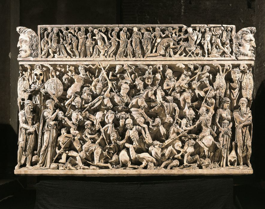 La naturaleza violenta de las tribus germánicas fue un tema popular en el arte y la literatura romanas Este sarcófago romano representa una batalla entre las tropas imperiales y los guerreros «bárbaros» a finales del siglo II d.C.