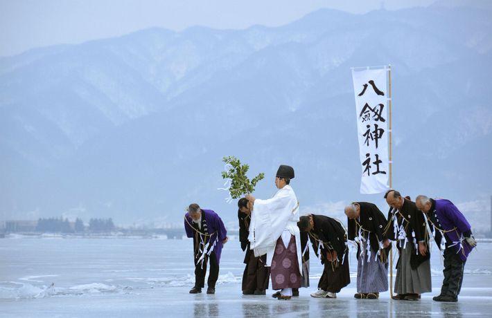 01-monjes-shinto-lago-suwa