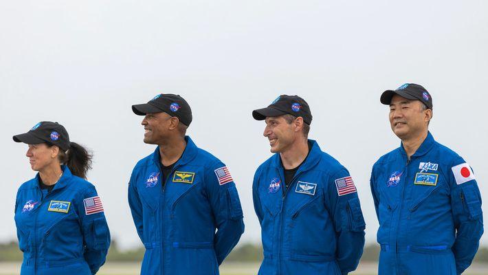 La tripulación llega al Centro Espacial Kennedy