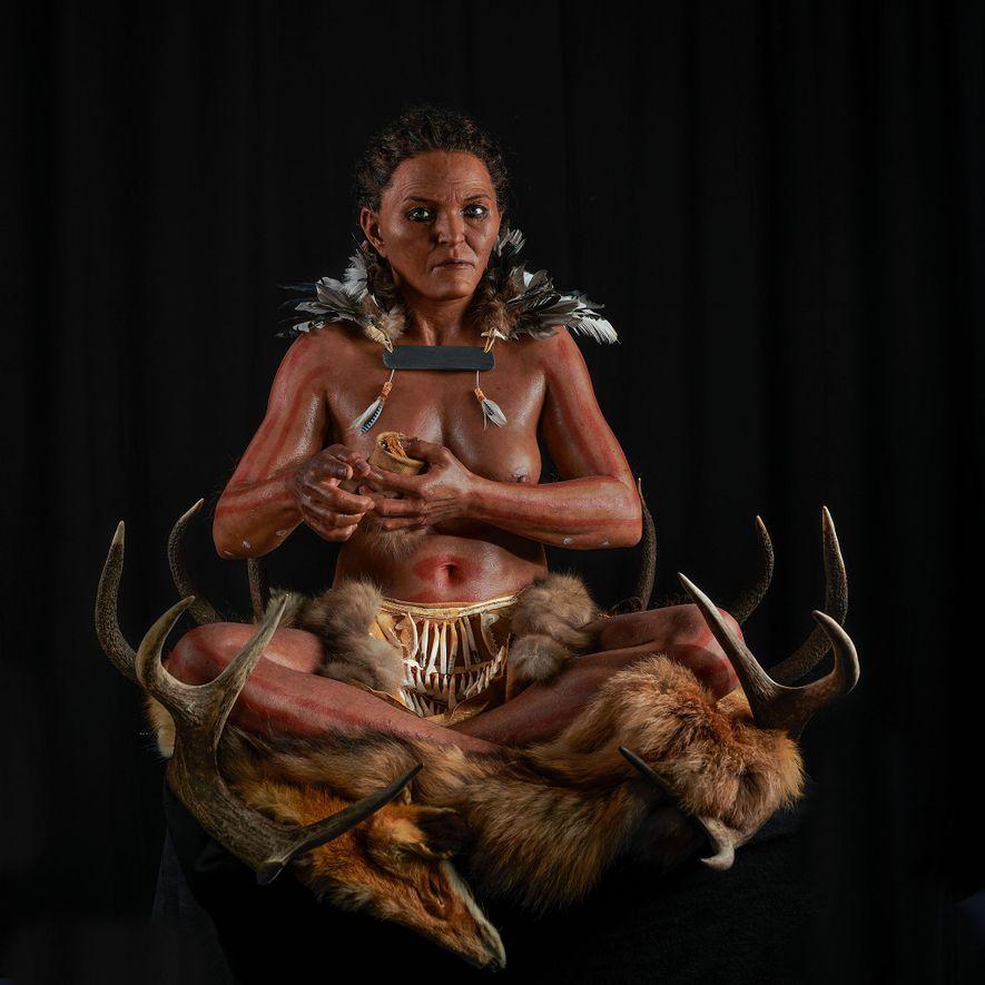 Los investigadores emplearon restos óseos y ADN prehistórico para reconstruir a una mujer que vivió en ...