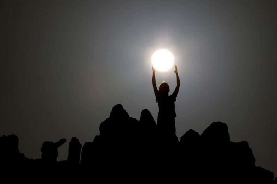 La gente celebra el solsticio de verano en el observatorio megalítico de Kokino, cerca de la ...