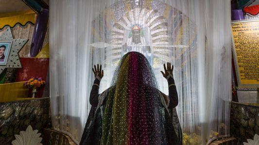 Los fieles de esta religión creen ser extraterrestres con forma humana