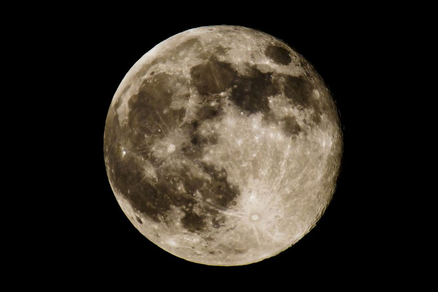 La superluna es el término popular que se refiere a una luna nueva o llena que ...