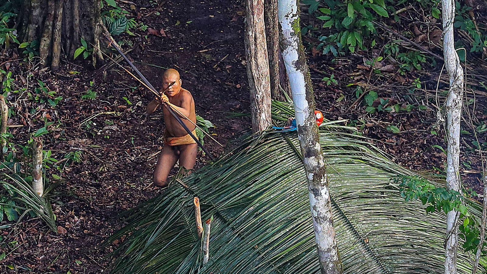 Imagen de un miembro de la tribu del Amazonas, en Brasil, apuntando una flecha
