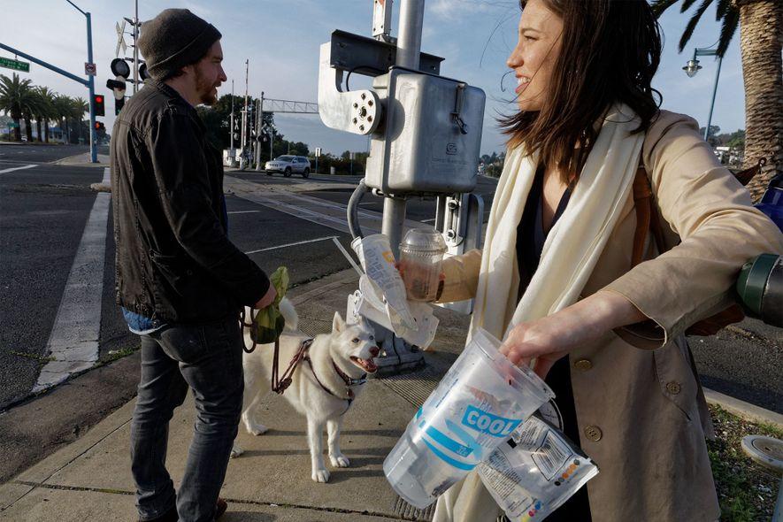 Kathryn Kellogg es una bloguera «cero residuos» que comparte su experiencia intentando utilizar la mínima cantidad posible de envases y plásticos de un solo uso. Vive en Vallejo, California, con su marido Justin Norton.