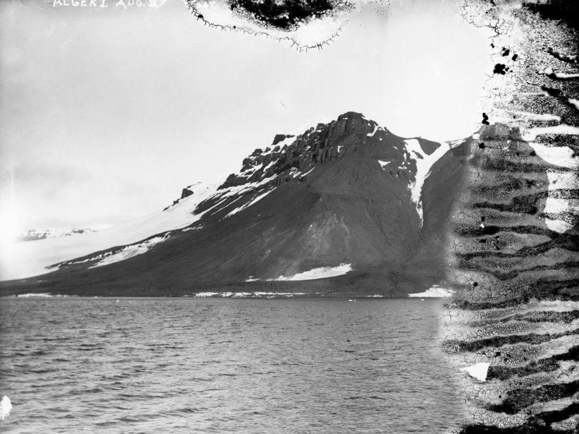 Alger Island con un pico nevado
