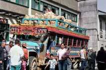 Los sábados, este pequeño pueblo de Caldas, Colombia, bulle de emoción cuando llegan los tradicionales autobuses ...