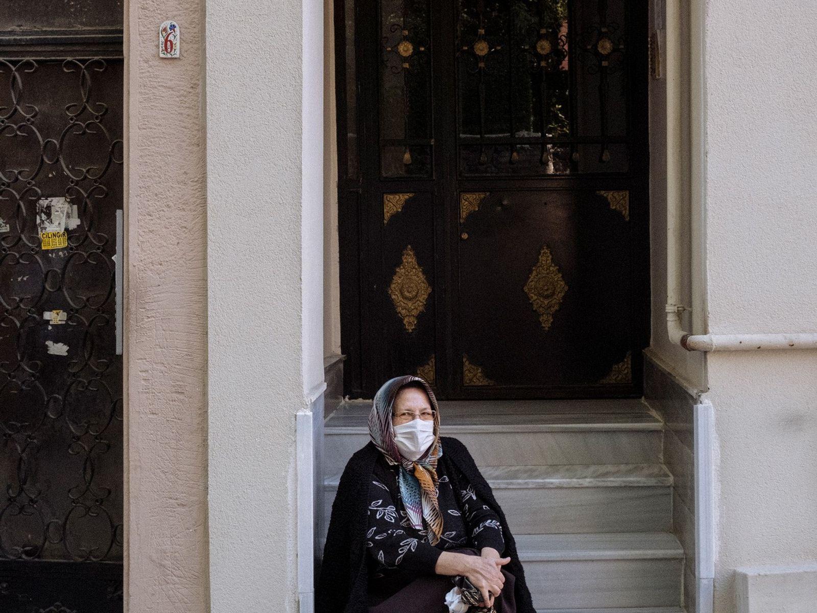 Foto de una mujer en el barrio de Beyoglu