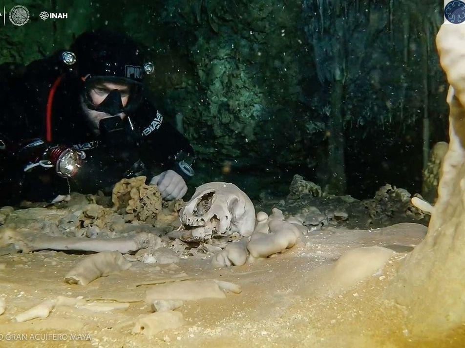 Descubiertos objetos mayas y huesos humanos en la cueva inundada más grande del mundo